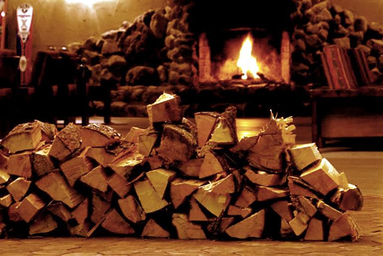 石造りの暖炉のあるロビー